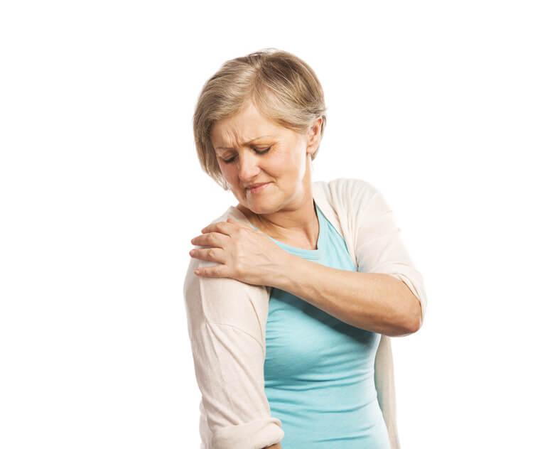 Femme se tenant l'épaule et présentant des Trouble musculo-squelettiques